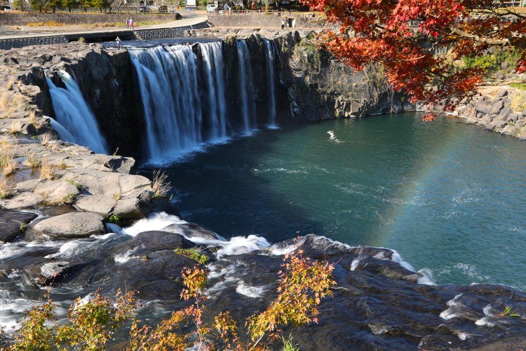 19・原尻の滝・「虹と紅葉」