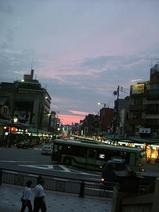 八坂神社出口。夕暮れ時の祇園。