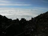 雲海に向かって下山する