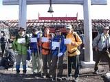 登山証明書を皆で持って記念撮影
