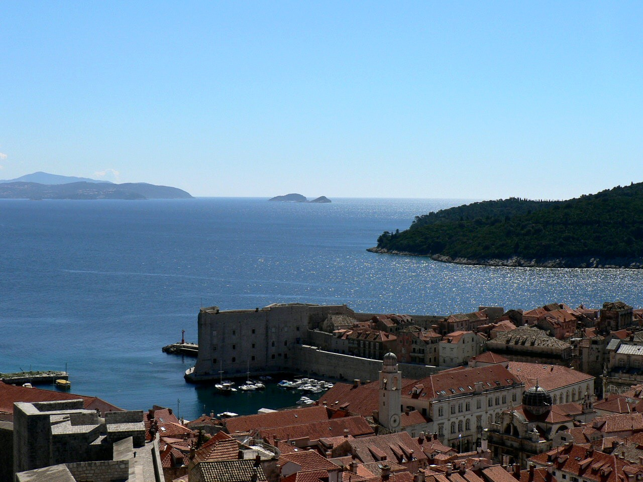鮮やかな色の屋根と紺碧の海