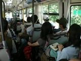 登山口に向かうバス。カップルも沢山いる。