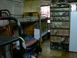 鉄パイプのベッドが並ぶ部屋