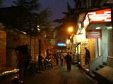 パラゴンホテル前の路地 (夜)