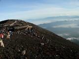 山頂を目指す人の列が・・
