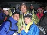 登頂を喜ぶ隊長、デジー、ノグー隊員
