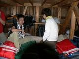 山小屋の寝床で荷物を降ろす