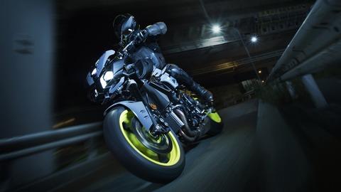 2017-Yamaha-MT-10-EU-Night-Fluo-Action-003