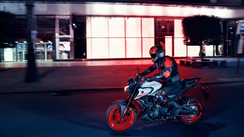 2020-Yamaha-MT320-EU-Ice_Fluo-Action-001-03