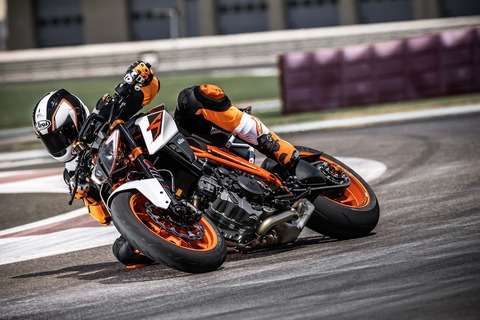 2017-KTM-1290-Super-Duke-R-action-08