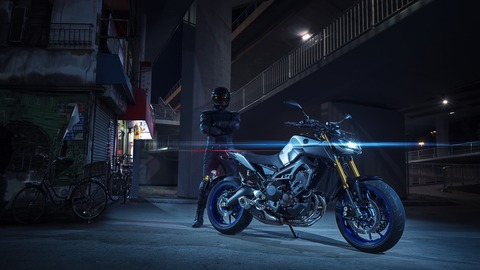 2018-Yamaha-MT09SP-EU-Silver-Blu-Carbon-Static-006