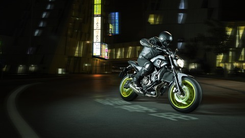 2016-Yamaha-MT-07-EU-Night-Fluo-Action-002