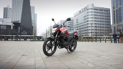 2017-Yamaha-YS125-EU-Power-Red-Static-004