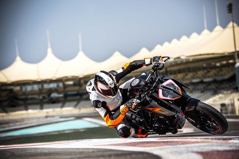 2017-KTM-1290-Super-Duke-R-action-07