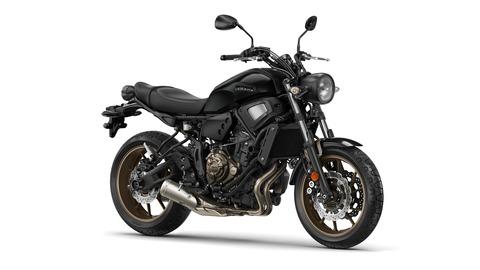 2017-Yamaha-XSR700-EU-Tech-Black-Studio-001