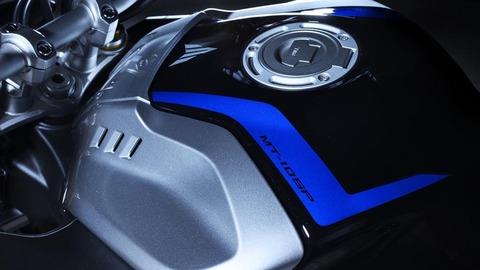 2017-Yamaha-MT10DX-EU-Silver-Blu-Carbon-Detail-009