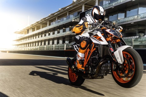 2017-KTM-1290-Super-Duke-R-action-09