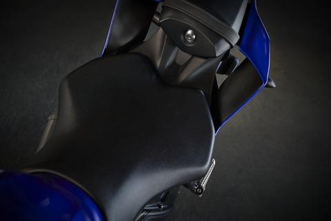 2019-Yamaha-YZF600R6-EU-Yamaha_Blue-Detail-005