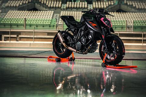 2017-KTM-1290-Super-Duke-R-static-04