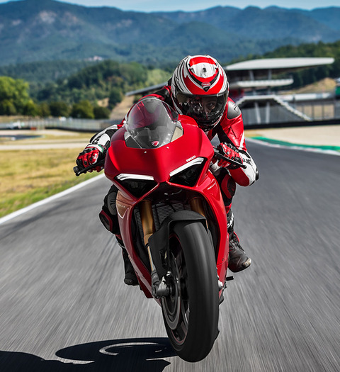 Panigale-V4S-Red-MY18-01-Carousel-Imgtext-Comcept-677x740