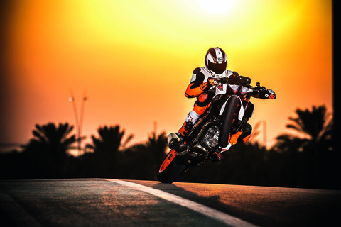 2017-KTM-1290-Super-Duke-R-action-04