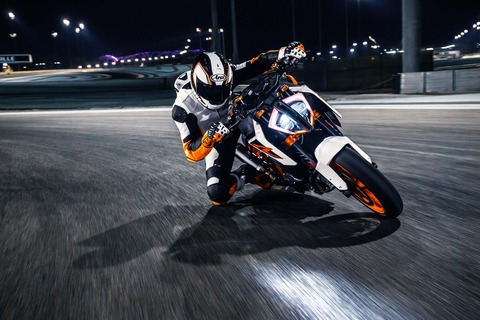 2017-KTM-1290-Super-Duke-R-action-10
