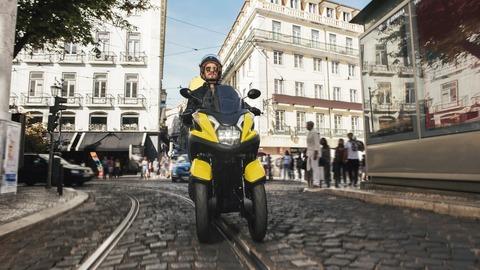 2017-Yamaha-Tricity-EU-Sunny-Yellow-Action-001
