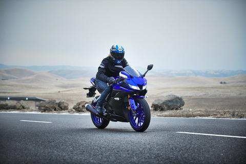 2019-Yamaha-YZF-R125-EU-Yamaha_Blue-Action-010