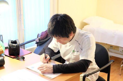 スペインの整動鍼セミナーの修了証にサインをする栗原