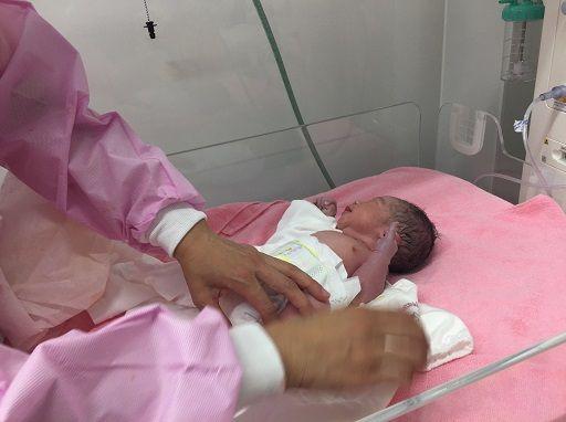 産まれたばかりの赤ちゃんにオムツ