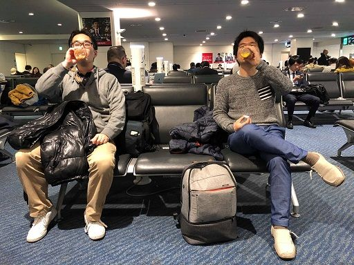 羽田空港の出発ロビーにて