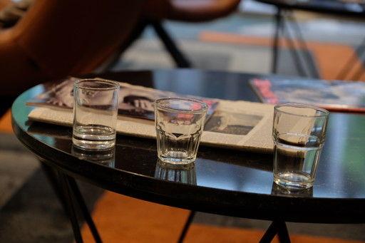 Hotel Eurostars Cristal Palaceのフロントにて水を飲む