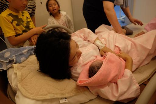 分娩台で産まれた赤ちゃんとご対面