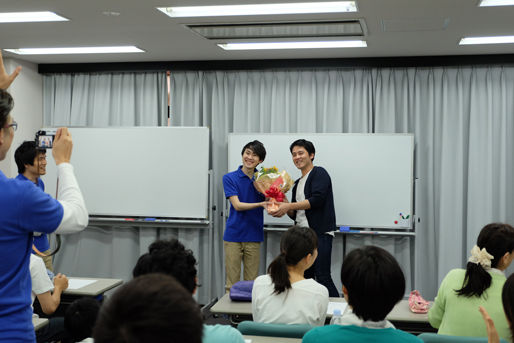 活法研究会の講師最後の日に花束贈呈