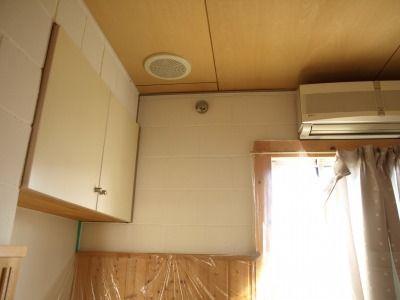 室内のブロック壁に断熱塗料を塗る