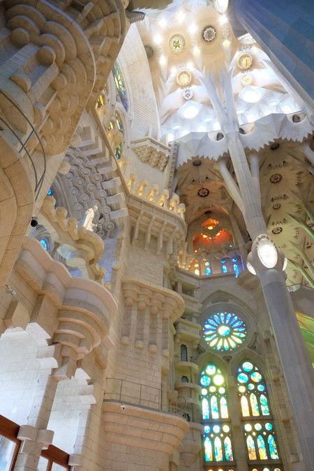 サグラダ・ファミリアの内部の装飾と光の差し込み