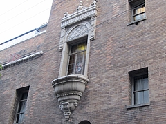 『大坂倶楽部』の優雅な飾り窓