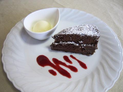 レアチョコレートケーキ(バニラアイス添え)-02