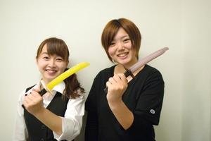 日本刀アイスを持つ発案者(朝日新聞デジタルより)