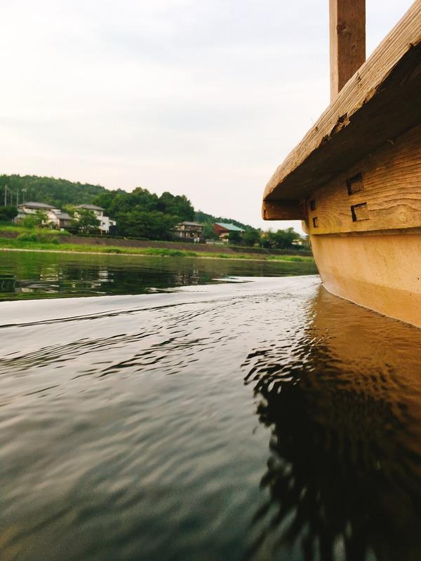 長良川の水をきりながらゆっくり進む