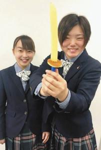 刀剣アイスを振りかざす高校生(中日新聞掲載の写真より)