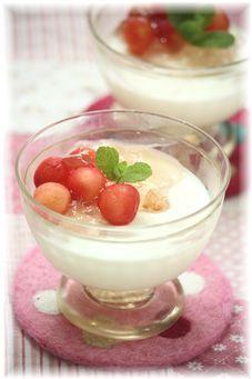 桜とさくらんぼ の レアチーズケーキ。
