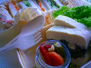 ハーブいっぱいの野菜サンドイッチと黒ゴマとクリームチーズのパテ