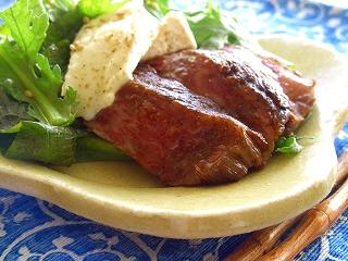 牛肉の叩きの味噌漬けとカマンベールのサラダ。