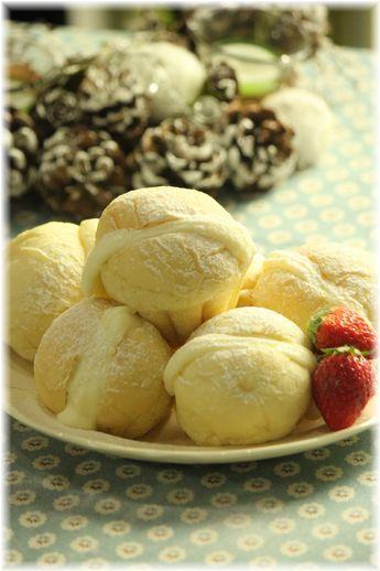 ヨーグルトクリームの ふわふわ白パン。