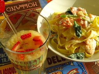 鮭とほうれん草のクリームパスタと林檎と苺のハニースパーク。