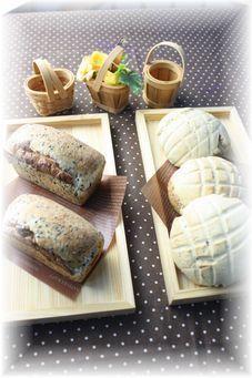 黒胡麻チーズミニ食パン・黒胡麻メイプルメロンパン。