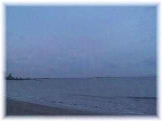 朝6時の海。