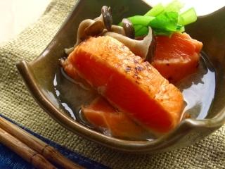 鮭のタタキの味噌漬けと梨のソース。