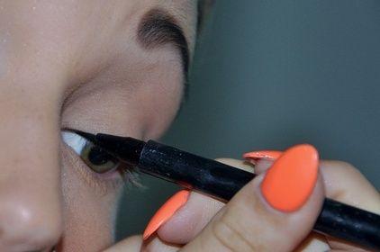 eyeliner using
